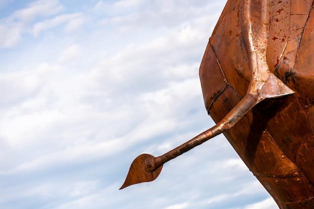 Rückseite einer metallskulptur in form eines elefanten.
