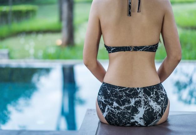 Rückseite einer schönen frau im pool