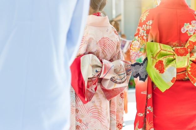Rückseite eines hübschen japanischen mädchens