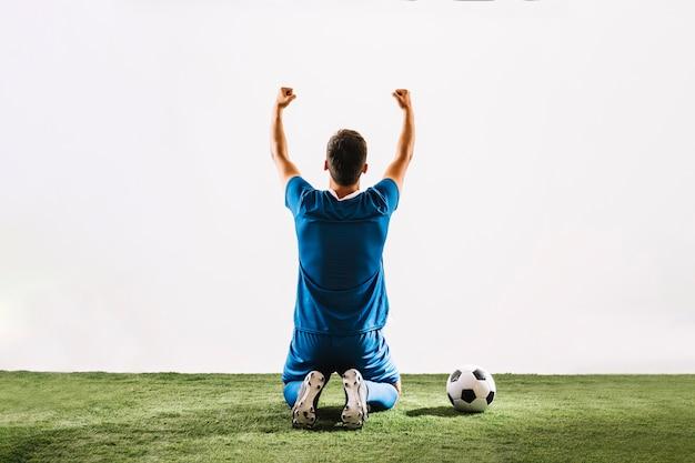 Rückseitenansicht athlet feiert sieg