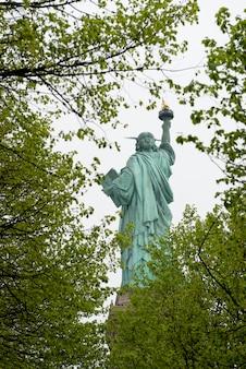 Rückseitenansicht des niedrigen winkels des freiheitsstatuen, liberty island, manhattan, new york city, new york sta