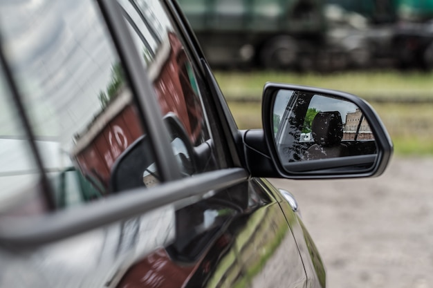 Rückspiegel eines modernen autos. nahaufnahme eines modernen autospiegels.