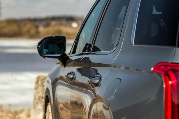 Rückspiegel eines modernen autos.