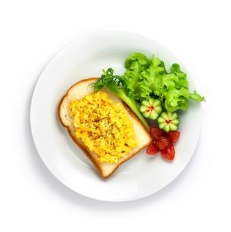 Rührei mit brot gekochtes gericht zum frühstück