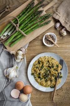 Rührei mit champignons und knoblauch auf holz