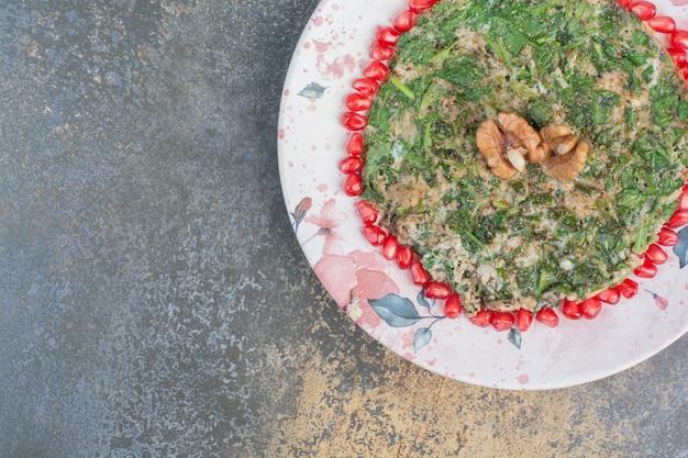 Rührei mit gemüse mit granatapfelkernen verziert.