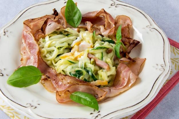Rührei mit zucchini, carbonara-sauce und speck