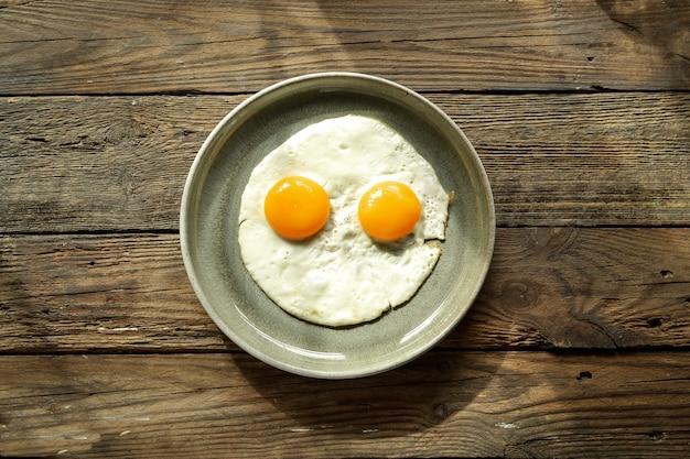 Rührei zum frühstück. perfekte spiegeleier in einem teller. isoliert. draufsicht. isoliert