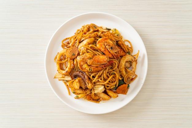 Rühren gebratene tom yum meeresfrüchte getrocknete spaghetti - fusion food style