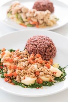 Rühren-gebratener tofu, klettern, hackfleisch und sojabohnen mit beerenreis