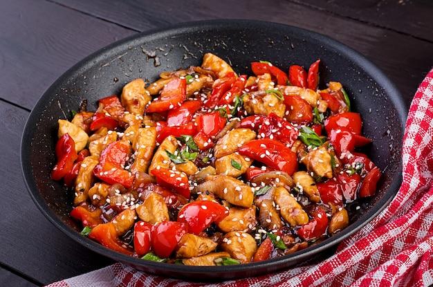 Rühren sie brathähnchen, paprika und frühlingszwiebeln