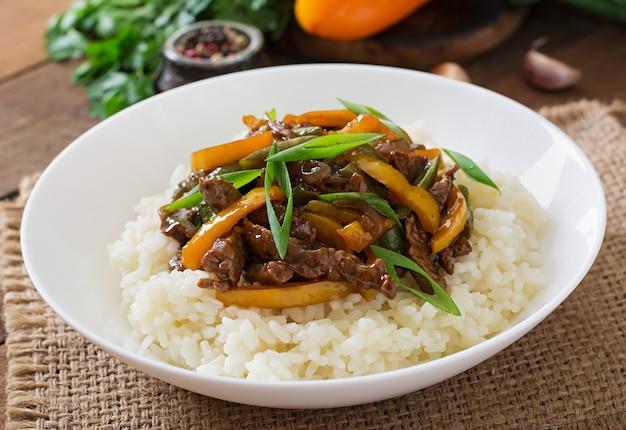 Rühren sie das braten von rindfleisch mit paprika, grünen bohnen und reis