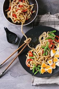 Rühren sie frittiert udon-nudeln