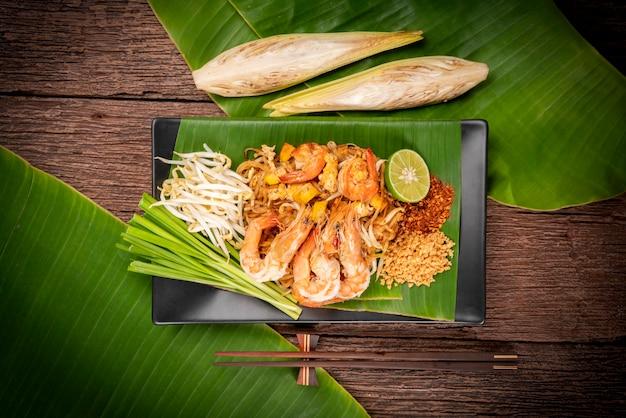 Rühren sie gebratene nudeln mit garnelen pad thai, gebratene nudeln nach thailändischer art mit garnelen.