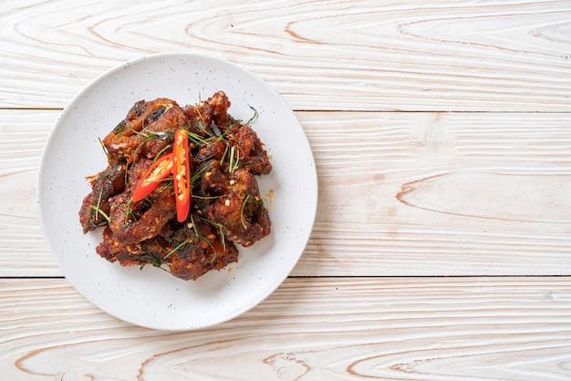 Rühren sie gebratenen wels mit chilipaste - asiatische art zu essen