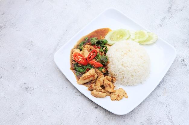 Rühren sie gebratenes basilikum huhn mit reis lieblingsmenü und schnell zum kochen in thailand