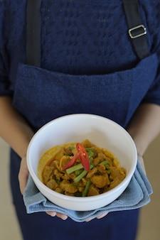 Rühren sie gebratenes schweinefleisch mit curry-paste und gartenbohne