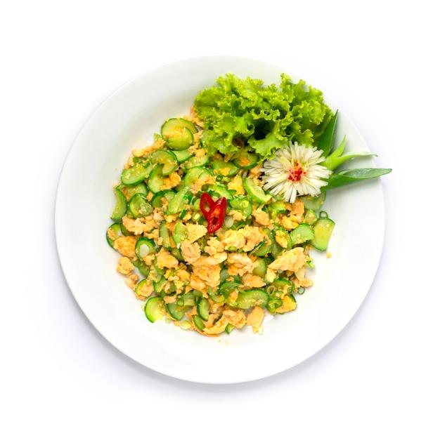 Rühren sie spiegelei mit gurken-chiness und thai-food-stil