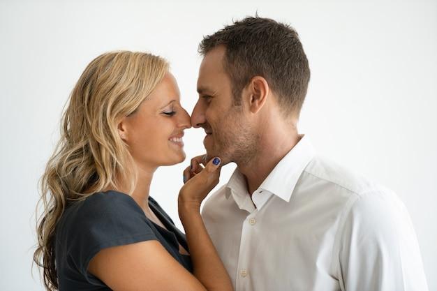 Rührende nasen der glücklichen schönen jungen paare beim genießen des romantischen datums.