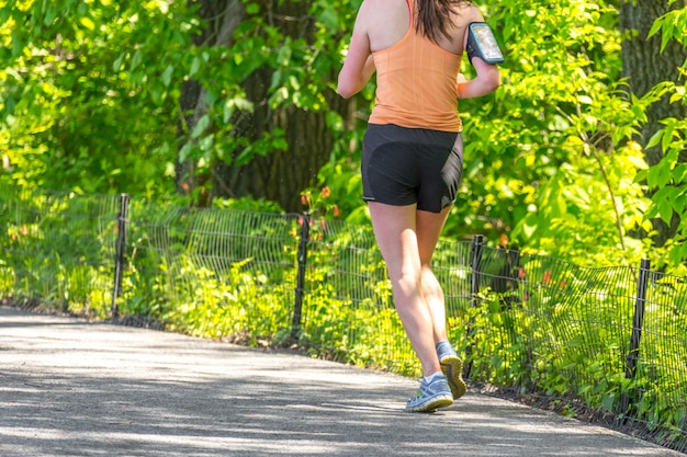 Rüttler, der entlang central park-reservoir in new york läuft. der central park ist das ganze jahr über voller aktiver menschen.
