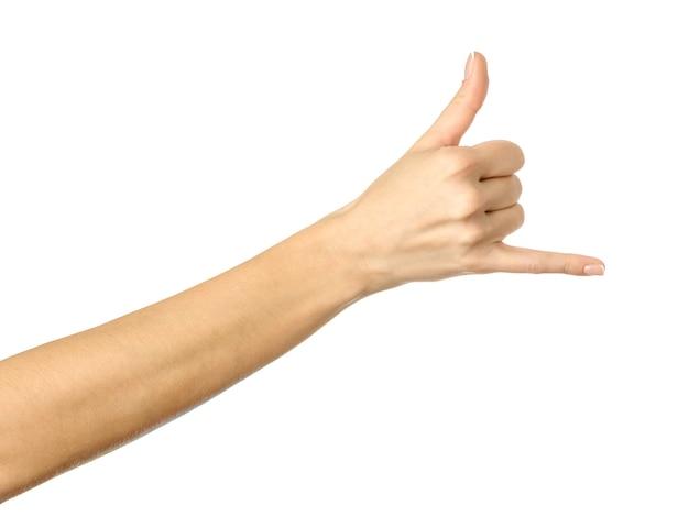 Ruf mich an! frauenhand mit französischer maniküre gestikuliert lokalisiert auf weißer wand. teil der serie