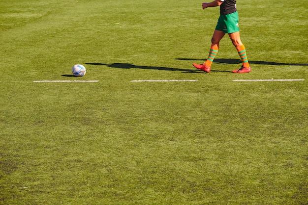 Rugbyspieler, der den ball sammelt.