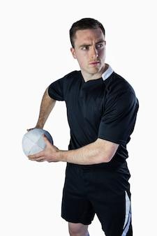 Rugbyspieler, der ungefähr ist, einen rugbyball zu werfen