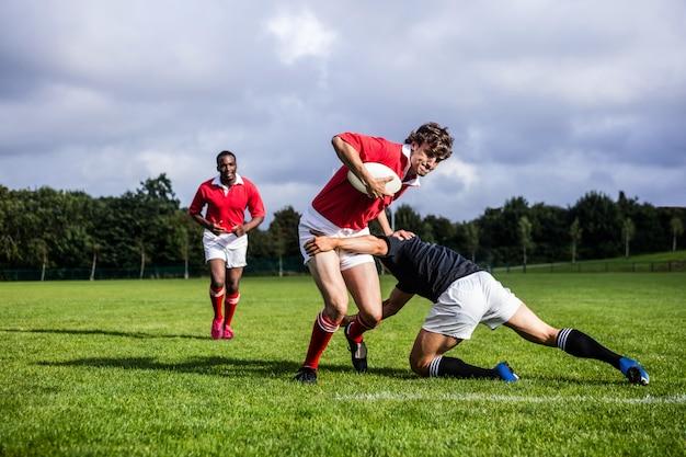 Rugbyspieler, die während des spiels anpacken
