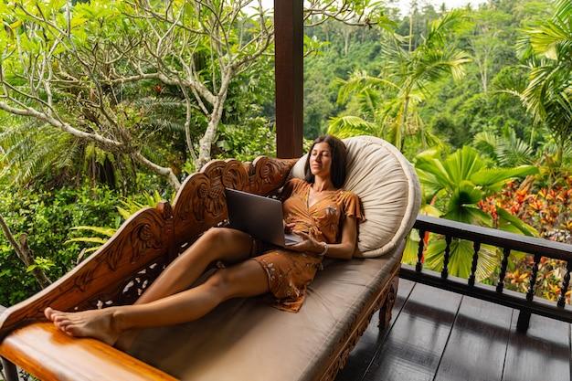 Ruhe bewahren, ruhig bleiben. hübsche junge weibliche person, die ein lächeln auf ihrem gesicht behält, während sie einen film online sieht