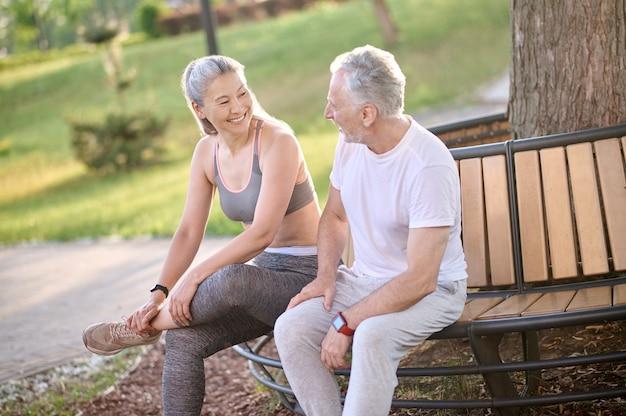 Ruhen. ein reifes sportliches paar, das sich nach dem training ausruht