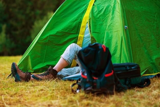 Ruhender wanderer in einem zelt