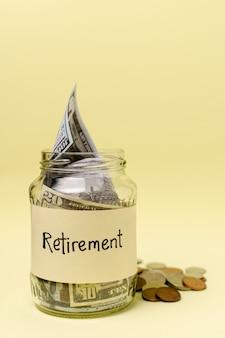 Ruhestandsaufkleber auf einem glas füllte mit vorderansicht des geldes