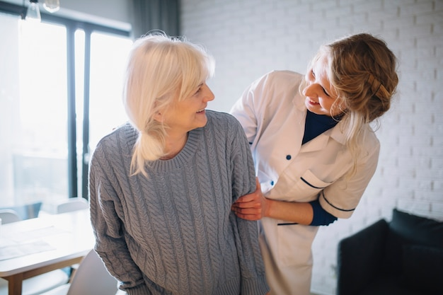 Ruhestandshauskonzept mit glücklichen menschen
