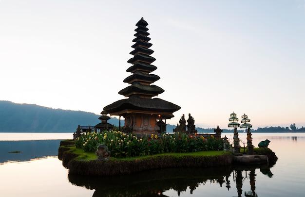 Ruhige atmosphäre am frühen morgen während des sonnenaufgangs über pura ulun danu-tempel das ikonenhafte von bali, see bratan, bali, indonesien.