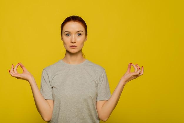 Ruhige frau entspannende meditation, keine stressfreie erleichterung bei der arbeit konzept, achtsame friedliche junge geschäftsfrau oder studentin, die atem-yoga-übung praktiziert