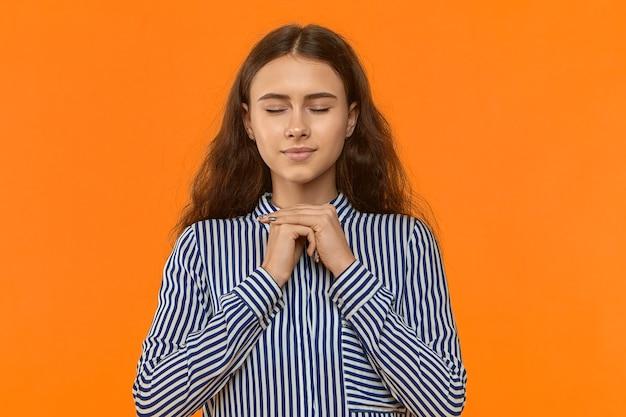 Ruhige friedliche junge geschäftsfrau, die sich entspannt fühlt