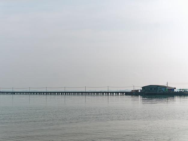 Ruhige landschaft des kleinen hauses am pier