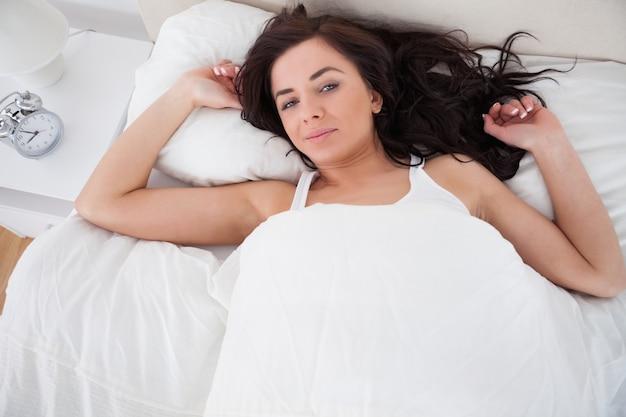 Ruhige liegende frau beim aufwachen