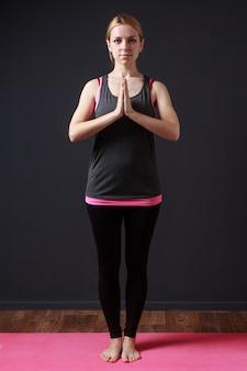 Ruhige meditative frau, die in yoga asana bleibt