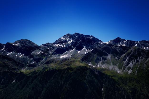 Ruhige sommeransicht der alpengebirgswiese.