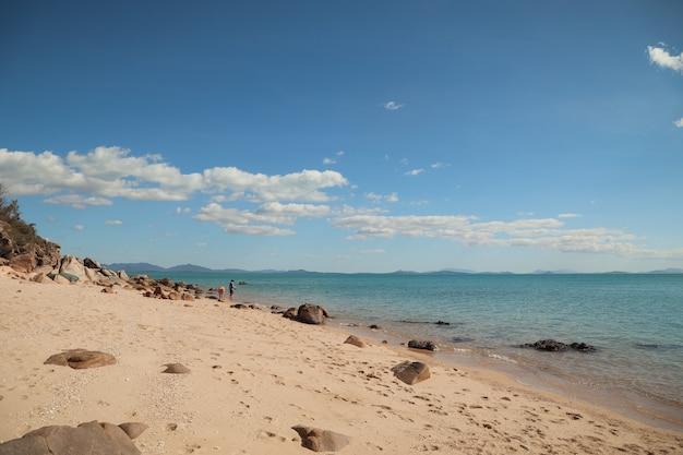 Ruhige strandszene in einem tropischen paradies