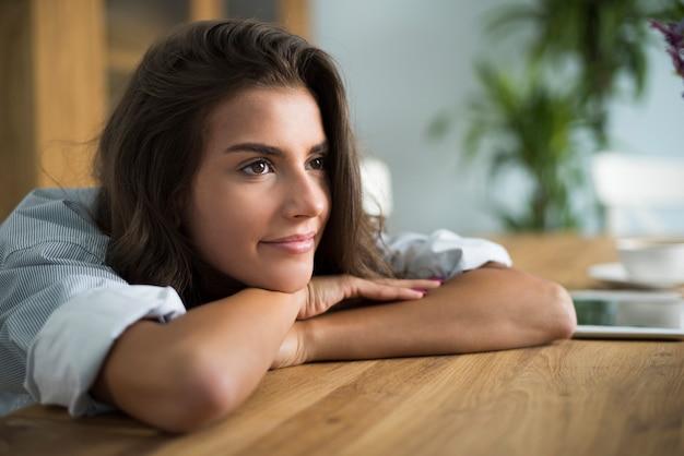 Ruhige szene der jungen frau im wohnzimmer