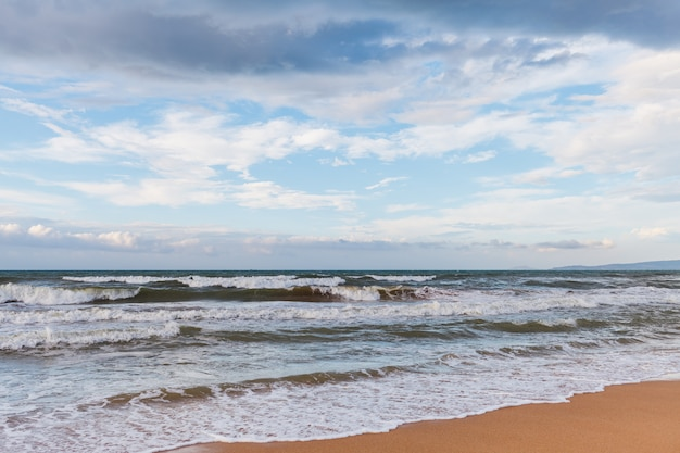Ruhige wellen am strand. der sturm kommt