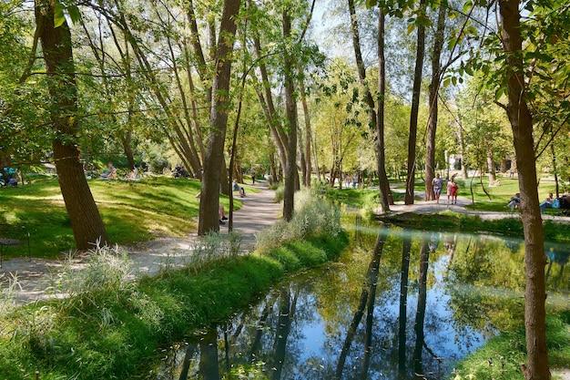 Ruhiger fluss in einem schattigen park