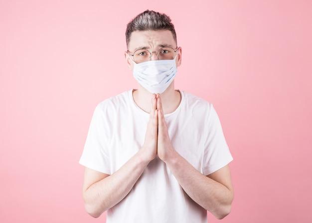 Ruhiger kaukasischer mann, der für coronavirus-patienten betet, die ihnen alles gute wünschen