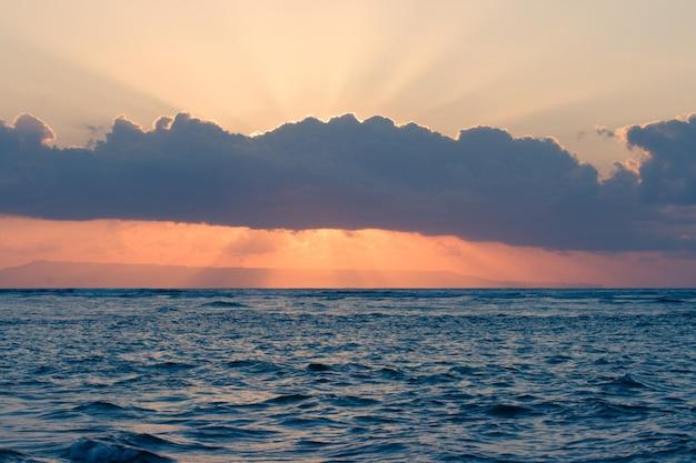 Ruhiger ozean auf tropischem sonnenaufgang