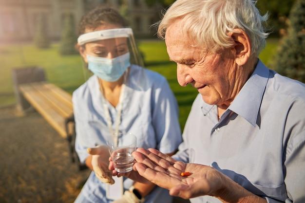Ruhiger patient, der medikamente von einem arzt akzeptiert