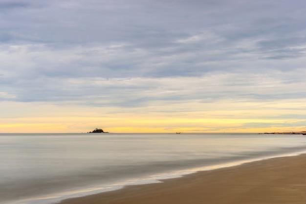 Ruhiger see und bunter himmel während des sonnenaufgangs