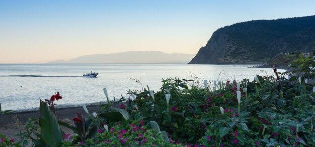 Ruhiges blaues meer am sommerabend, ruhe an der meeresküste