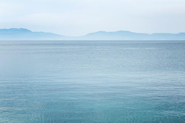 Ruhiges blaues meer und skyline. schöne landschaft.